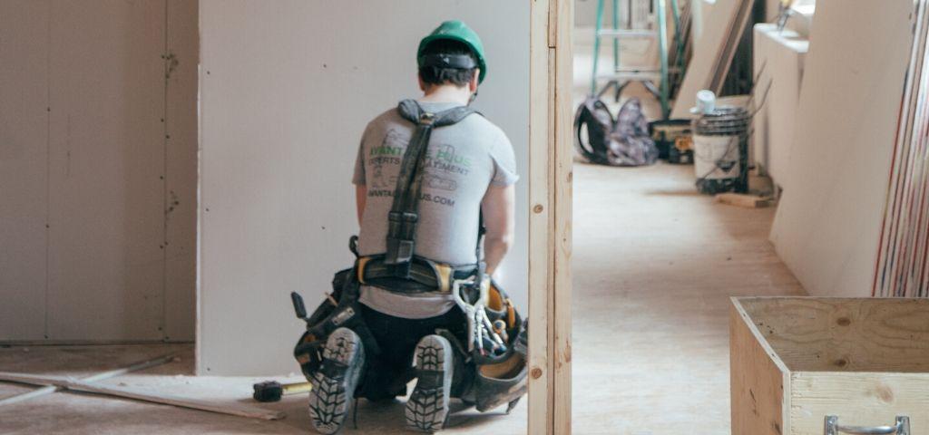 ouvrier a genoux