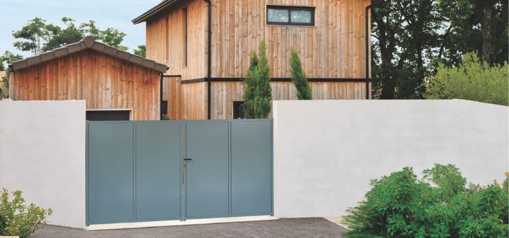 maison-bois-avec-vantaux-en-fer